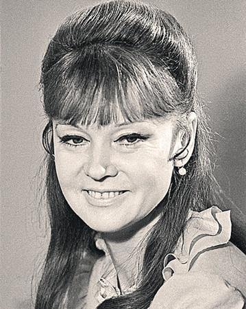 1973 год - возможно, была корректировка носа. Нос стал другим. Опущен кончик, что очень заметно.