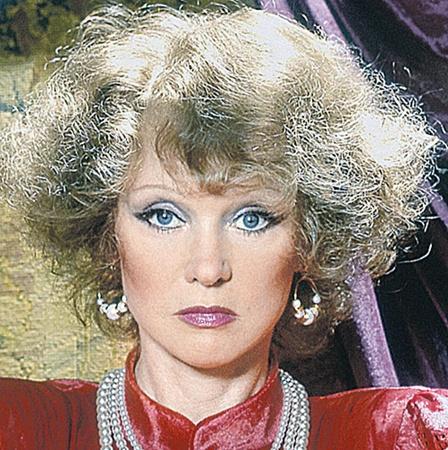 1986 год - явно сделана удачная пластика лица и шеи, пластика верхних и нижних век. Лицо помолодело.