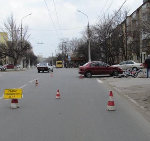 Возле Приморского суда мопед столкнулся с легковушкой. Фото: 0629.