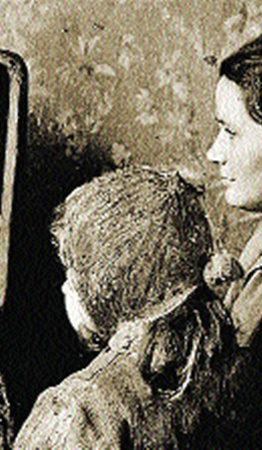 Валентина Гагарина у телевизора с детьми в то самое утро.