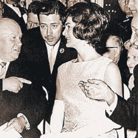 Интересно, клеймил ли Никита Хрущев канкан в разговорах с очаровательной Жаклин Кеннеди во время визита в США?