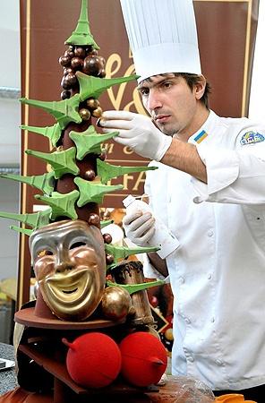 Из шоколада у закарпатского кондитера получаются настоящие произведения искусства. Как, например, эта елка...