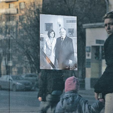 Портреты погибших в авиакатастрофе 10 апреля 2010 года президента Леха Качиньского и его супруги развешаны по всей Польше и не дают людям забыть о трагедии.