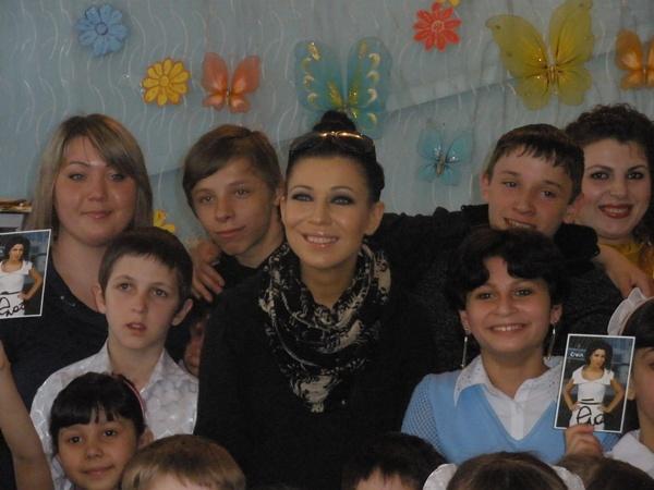 Елка с молодыми поклонниками. Фото автора