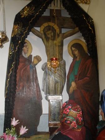 Лилии в храме. Фото Инна Ищук.