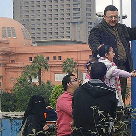 Обычные местные жители бояться выходить на центр Тахрира, где собираются демонстранты, но с интересом, «как в зоопарке», наблюдают за ними издалека - с пешеходных улиц вокруг площади.