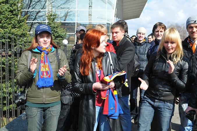Болельщики каталонцев встречают их в аэропорту. Фото: Константин Буновский.