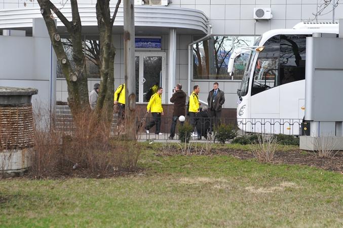 Игроки «Барсы» выходят с аэропорта. Фото: Константин Буновский.