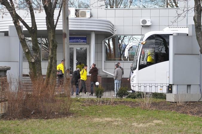 Испанцы садятся в автобус. Фото: Константин Буновский.