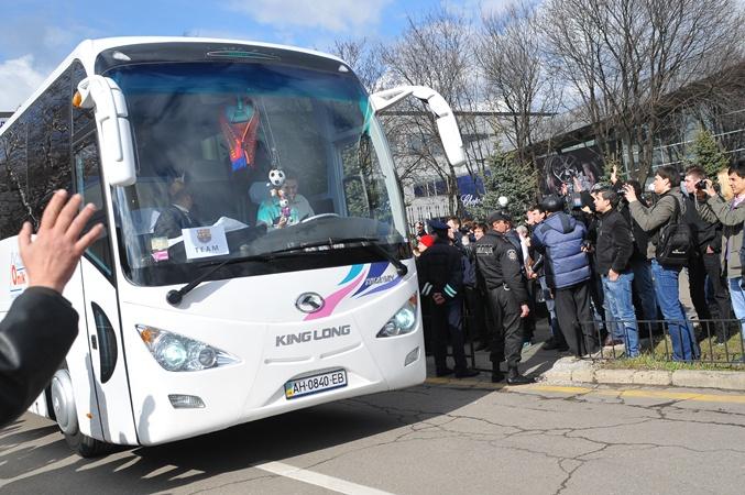 Каталонцы погрузились в автобус, который их доставит в гостиницу. Фото: Константин Буновский.