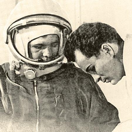 Поначалу на гермошлеме  Гагарина никаких надписей не было. За несколько часов до старта кто-то сообразил: а если корабль приземлится не на советской территории - как опознают космонавта? И тогда местный художник-любитель срочно вывел красной краской четыре буквы - СССР (фото вверху).