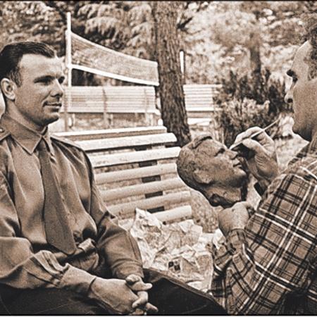 1961 год: Гагарин позирует скульптору Григорию Постникову...
