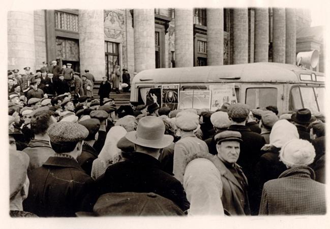 Автобус с надписью «Планетарий» курсировал по харьковским улицам и площадям