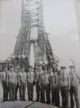 Байконур. Команда заправщиков после гагаринского старта. Кривушко на фото - второй слева.