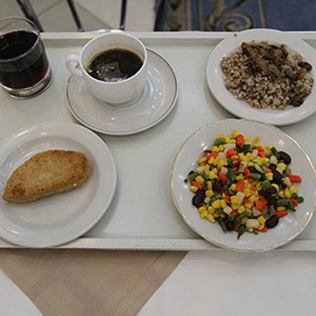 Обед из каши, овощей и рыбной котлетки обходится парламентариям в 30 гривен.