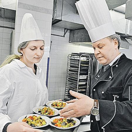 Шеф-повар Думы Сергей Родин обучает корреспондента «КП» премудростям постной кухни.
