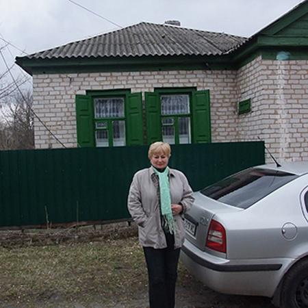 Галина Волошина, председатель общества «Возрождение Чернобыля» у своей усадьбы.