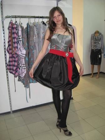 Выпускницы этого года предпочитают коктейльные платья. Красиво - не правда ли?