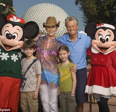 Кэтрин с мужем и детьми в Диснейленде. Фото Splash news.