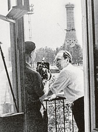 Телевизионщики старательно фиксировали, как строилась Останкинская башня. Вот она уже доросла до середины.