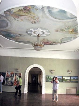 Расписанные потолки точно передают дух екатерининской эпохи.
