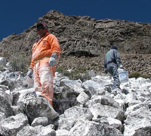 Чтобы вернуть в горы снег, перуанцы красят их в белый цвет