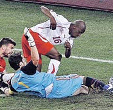 Оборона испанцев капитулировала: Швейцария забивает победный гол.