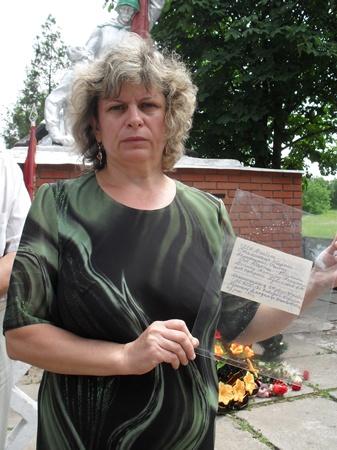 Внучка Антонина Шавлакова с оригиналом той самой записки.