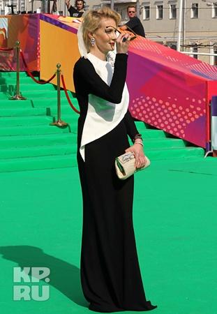 Рената Литвинова, наоборот, оделась в закрытое платье - и это по такой-то жаре!