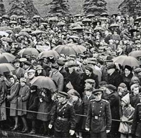 В тот день сильный летний дождь не испортил радости москвичей.