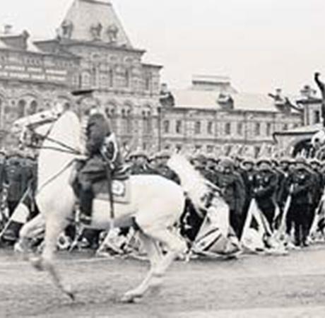 Резвые скакуны грациозно пронесли по Красной площади маршалов Победы Георгия Жукова (впереди) и Константина Рокоссовского.