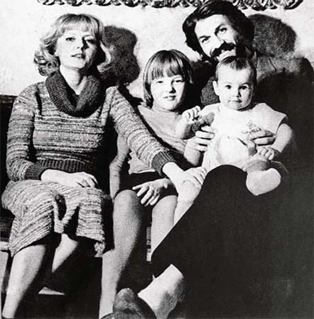 Всего год Хмельницкий прожил в полноценной семье. На фото - с женой Марианной Вертинской, ее дочерью от первого брака Сашей и общей дочкой Дашей (на руках у актера).