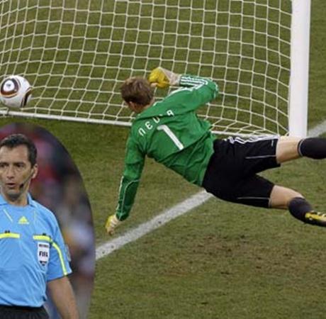 2010 год. Хорхе Ларрионда (на фото справа) и гол Франка Лампарда. Не засчитанный, хоть он и был. Месть свершилась!