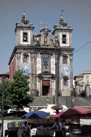 Азулежуш - труднопроизносимое португальское слово. Называют им керамическую плитку, которой украшают все вокруг, даже фасады соборов.