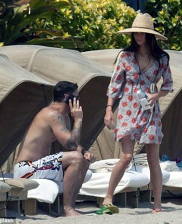 Парочка отпраздновала свадьбу на Гавайях и там же проводит медовый месяц.