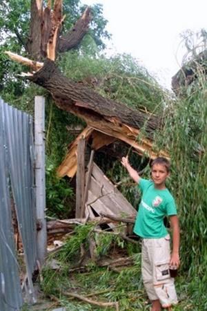 12-летний Кирилл показывает, где он был, когда дерево рухнуло