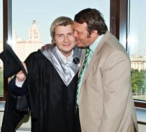 Тенора поздравил его отец - Виктор Владимирович.