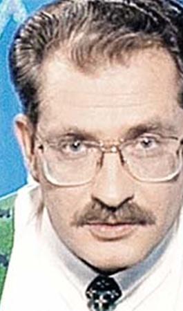 Владислав Листьев в ток-шоу «Час пик» не стеснялся подражать американскому телеведущему - обратите внимание на взгляд, очки, прическу и подтяжки.