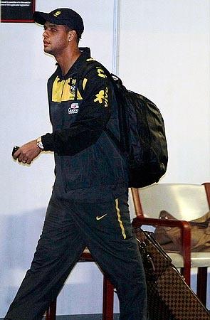Фелипе Мело в аэропорту Йоханнесбурга. Интересно, куда летит? Дома-то его уже не ждут!