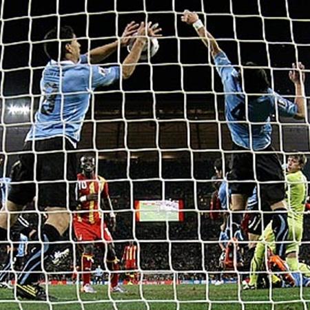 120-я минута матча Уругвай - Гана. Суарес (слева) вписывает свое имя в историю футбола.