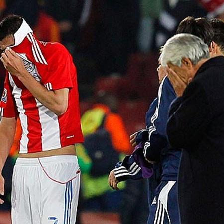 Кардосо (слева) и вся сборная Парагвая - в шоке!