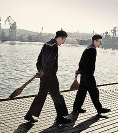 Русских моряков из Севастополя метлой не выметешь.