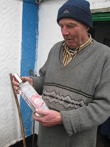 Виктор Юр в благодарность за огурцы-помидоры получил бутылку джина. Теперь хранит ее как реликвию.
