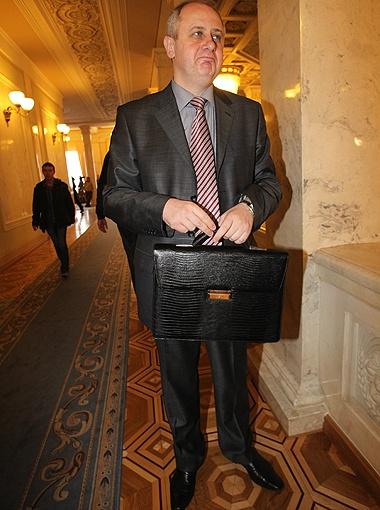 В интернет-магазинах Neri Karra портфель Зарубинского стоит более 3 тысяч гривен. Вес - 3,9 кг.