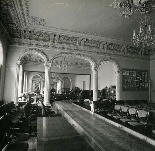 Перестроенный зал с подиумом. Фото с сайта gorod.dp.ua