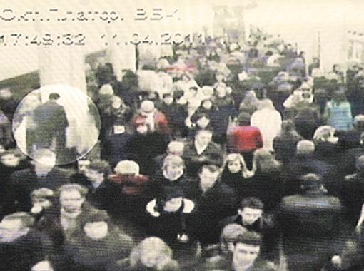 17.48. Станция метро «Октябрьская». Преступник на перроне выжидает момент, чтобы установить взрывное устройство. Потом оставляет сумку под лавкой.