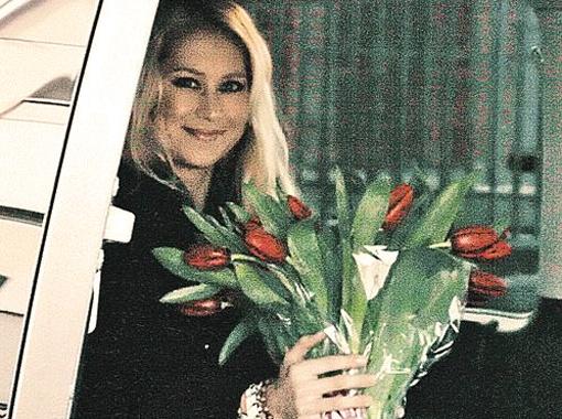 Анна Курникова в России бывает не так часто. Зато поклонники Энрике дарят ей цветы. Фото Анны Домрачевой.