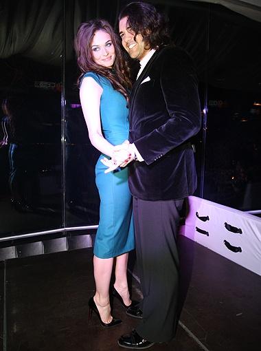 Сейчас Водонаева (на фото с Ломинским) одевается довольно скромно и ведет себя как примерная жена.