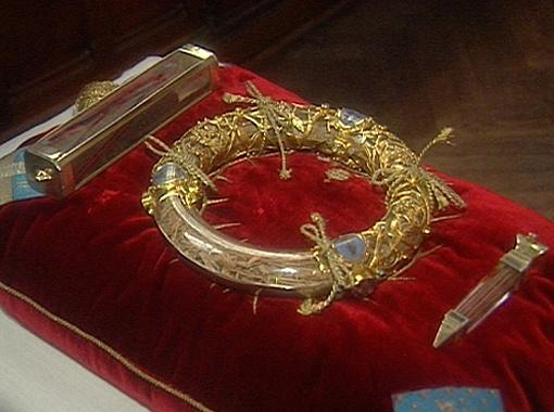 Терновый Венец, который хранится в Соборе Парижской Богоматери в специальном кольцевом сосуде.