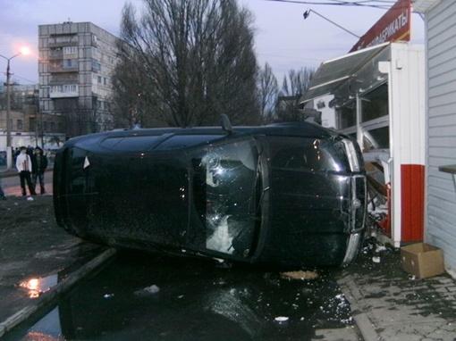 В результате ДТП водитель и продавец получили черепно-мозговые травмы. Фото: Ура-Информ.